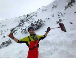 Малко след лавината. Доволен, че нямам никакви наранявания се захващам да търся ските на Т.Б.